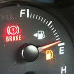 bränslemätare som visar på tom tank