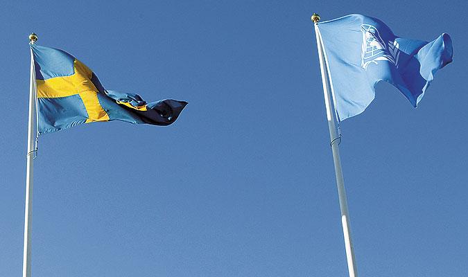 En svensk flagga vajar bredvid en FN-flagga