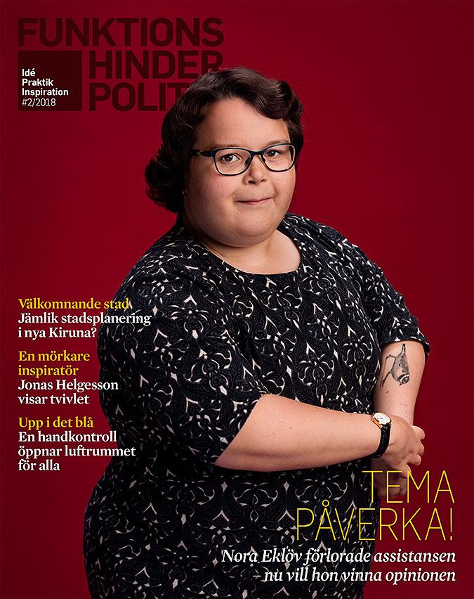 Omslaget till funktionshinderpolitik 2-18. En kvinna i halvfigur mot en röd bakgrund.