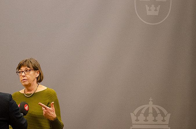 Gunilla Malmborg talar en mikrofon från TV4.