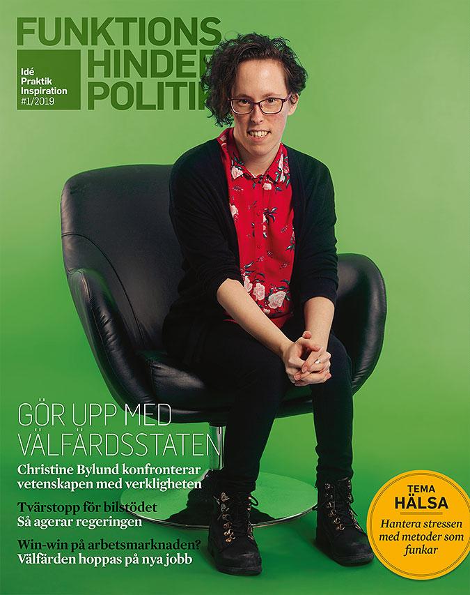 Omslaget till Funktionshinderpolitik 1/2019. Christine Bylund sitter i en svart stol. Bakgrunden är grön.