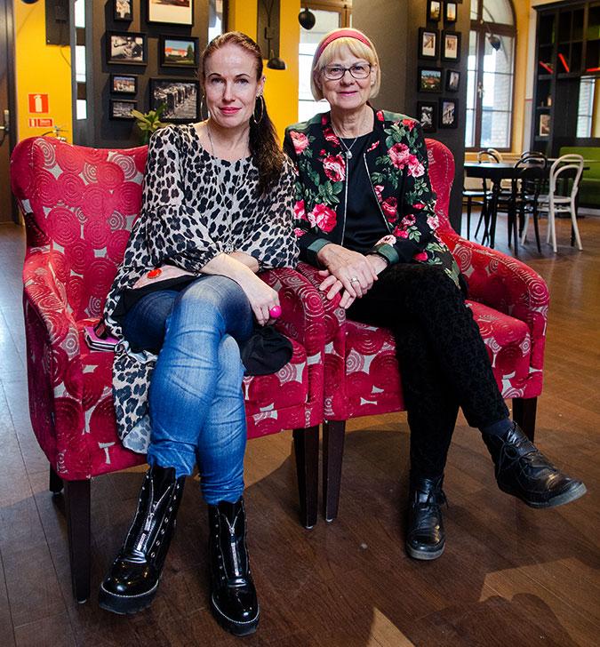 Sara Jonåker och Gunilla Axefalk sitter i varsin röd fåtölj.
