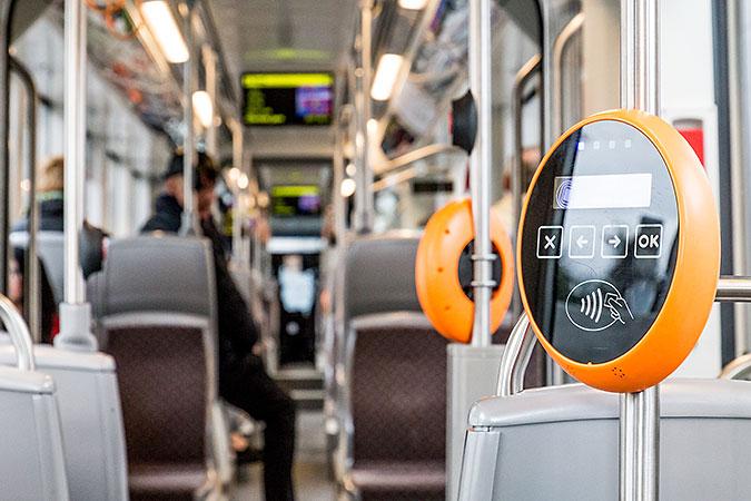 Interiören i en buss med säten och biljettavläsare.