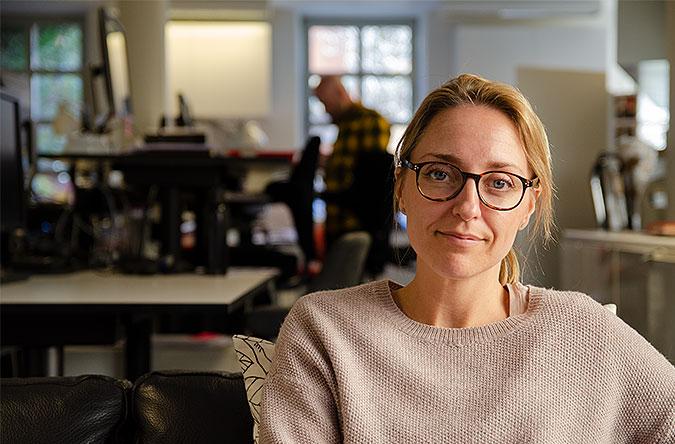 AnnaKlara Stenberg Gleisner sitter i en soffa och pratar om universell utformning