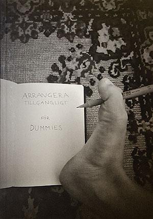 Omslaget till boken Arrangera tillgängligt för dummies. En fot håller en penna som just skrivit titeln på ett papper.