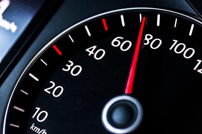 En hastighetsmätare som visar en fart på ungefär 70 kilometer i timmen.