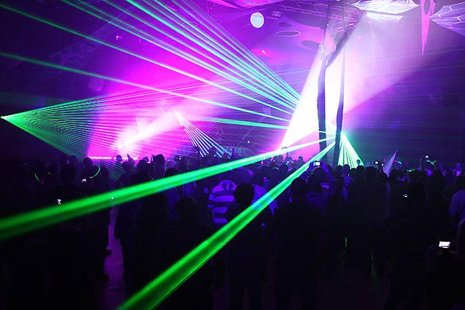 Laserljus över ett dansgolv på ett möjligen tillgängligt kulturevenemang.