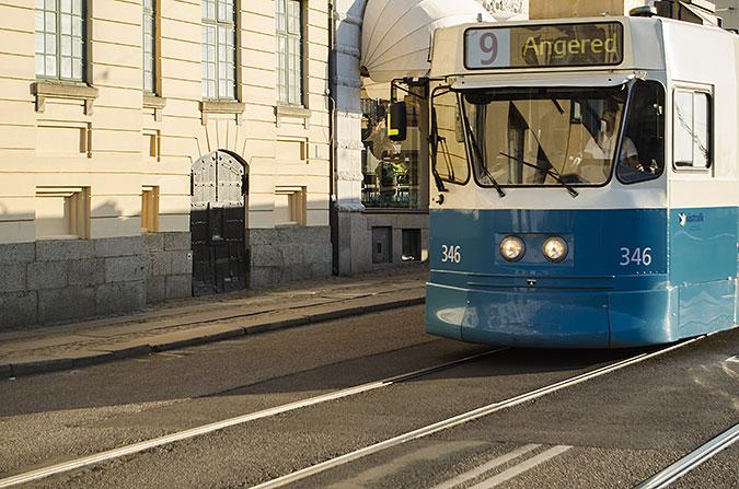 En spårvagn kör på en gata i stan.