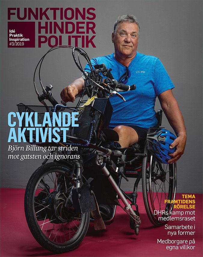 Omslaget till Funktionshinderpolitik 3. EN man sitter i rullstol som har en armcykel kopplad. I handen håller han en cykelhjälm.