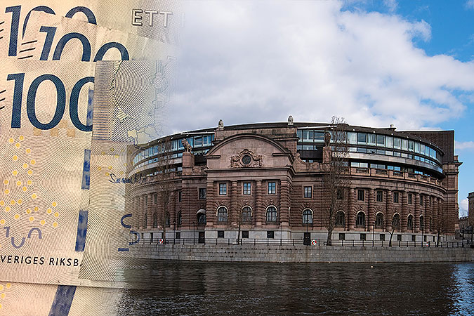 Ett kollage av två bilder där den ena visar hundra-kronorsedlar och den andra riksdagshuset.