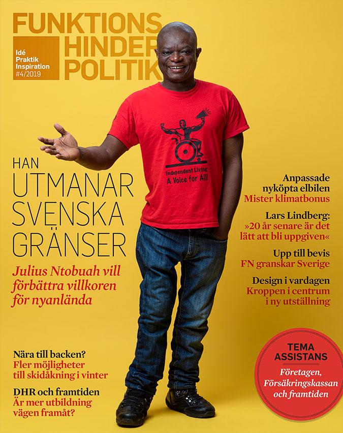 Omslag till Funktionshinderpolitik 4-2019. En man i röd t-shirt står mot en gul bakgrund och håller ut höger hand. Huvudrubriken är Han utmanar svenska gränser. Julius Ntobuah vill förbättra villkoren för nyanlända.