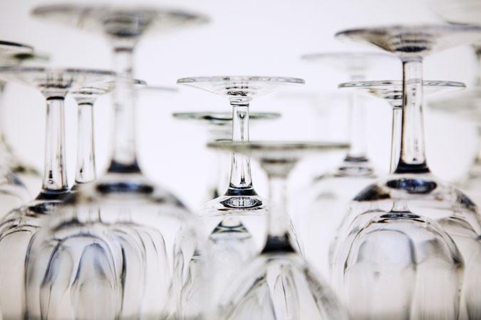 Flera vinglas står upp och ned.