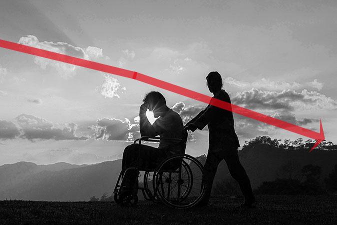 En person i rullstol får hjälp att ta sig fram av en gående personer. De båda syns i siluett mot en himmel där solen skiner genom moln. Ovanpå bilden ligger en röd pil som sluttar svagt nedåt höger.