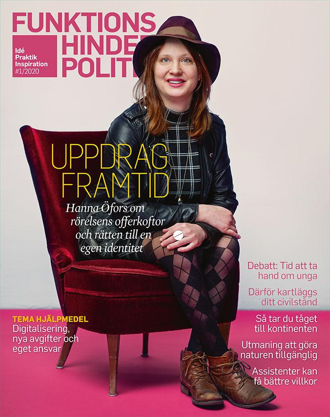 Omslaget till Funktionshinderpolitik 1/20. Hanna Öfors sitter i en röd sammetsfåtölj som står på ett magentafärgat golv. På huvudet har hon en hatt vars bruna färg matchar hennes grova men eleganta kängor.