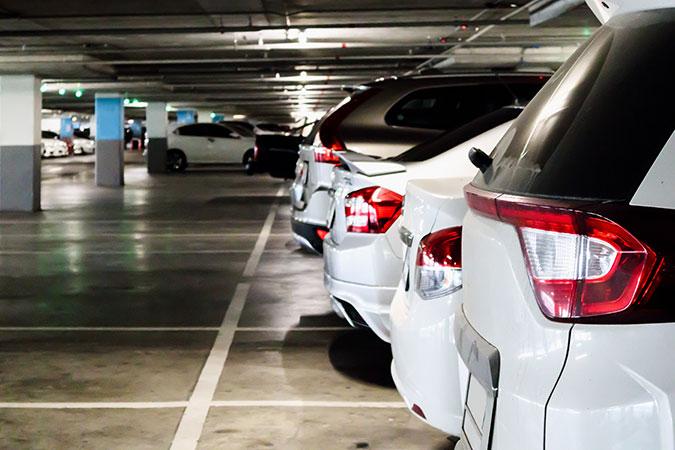 Bilar parkerade i ett parkeringshus. Det är lågt i tak vilket illustrerar att bilstödet har hänvisat vissa bilköpare till stora och höga bilar som inte kommer in överallt.