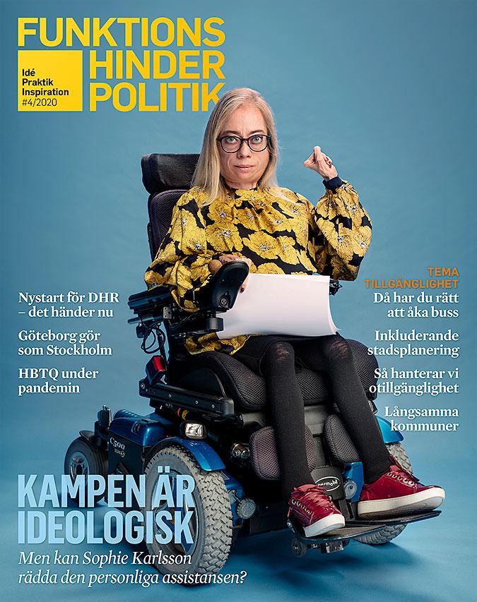 Omslaget till Funktionshinderpolitik 4-2020. En kvinna sitter i en elrullstol och höjer en knuten näve. I knät har hon en bunt papper.