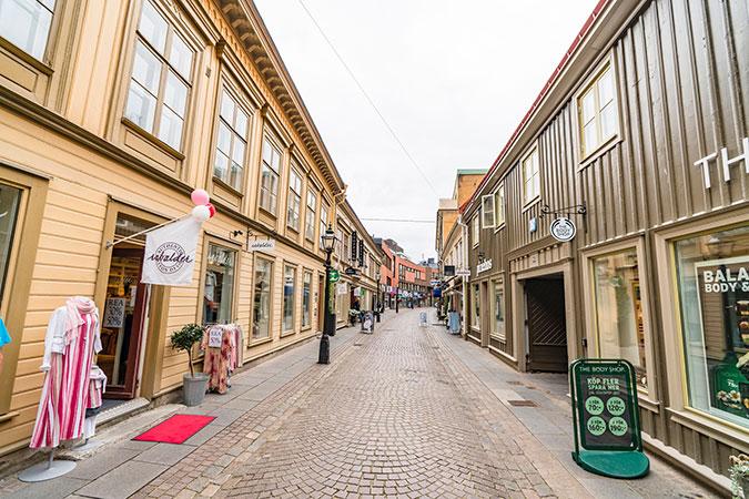 En gatstensbeklädd gata i Jönköping. Låga hus med butiker.